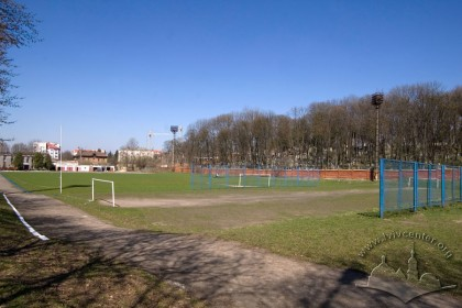 Вул. Вахнянина, 1. Менше, а позаду основне футбольні поля.На дальньому плані - Личаківський цвинтар