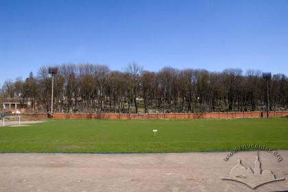 Вул. Вахнянина, 1. Основне поле стадіону. Ззаду видний фрагмент Личаківського цвинтаря