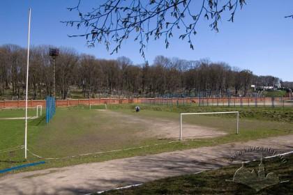 Вул. Вахнянина, 1. Одне з тренувальних футбольних полів. Ззаду видний фрагмент Личаківського цвинтаря