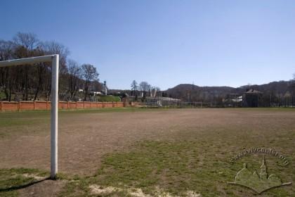 """Вул. Вахнянина, 1. Тренувальне поле. Ззаду видні схили парку """"Погулянка"""""""
