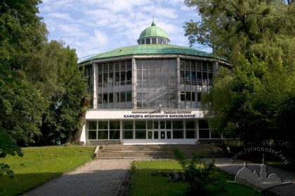 Vul. Samchuka, 14 (the territtory of the Stryiskyi park). View of the building's facade with the main entrance.