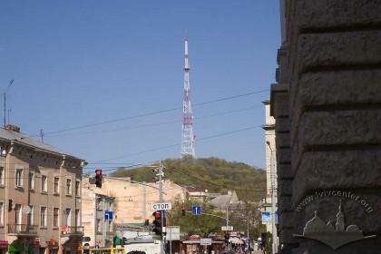 """Замкова гора і парк """"Високий замок"""" на схилах, вид з південного заходу (середмістя, район оперного театру)."""