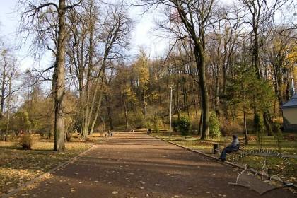 """Парк """"Високий замок"""", західна частина нижньої тераси і головна алея."""