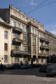 Вул. Саксаганського, 3. Головний фасад, вигляд з просп. Шевченка