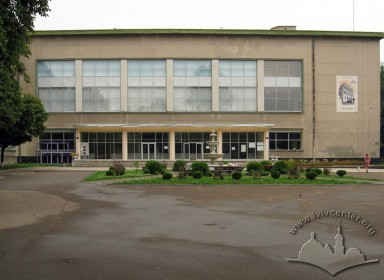 Vul. Bandery, 24. Principal facade with the main entrance