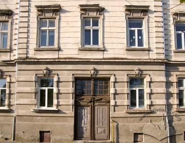 Вул. Тютюнників, 1. Будівля школи 1894 р. побудови, центральний пристінок із порталом.