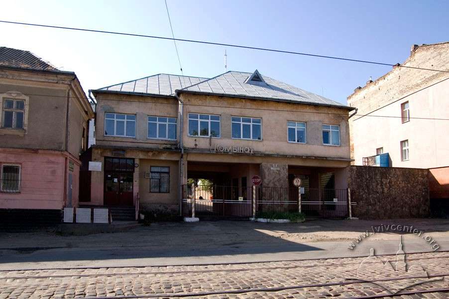 Vul. Khmelnytskoho, 88. Entrance to the bread production plant/Photo courtesy of Ihor Zhuk, 2013