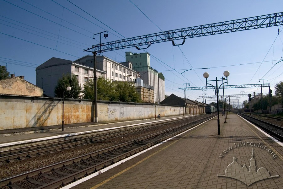Vul. Khmelnytskoho, 88. View of the complex from the railway track near Pidzamche station/Photo courtesy of Ihor Zhuk, 2013
