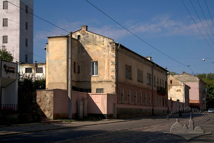 Vul. Khmelnytskoho, 88. In the center of the photo, the former residential building of the former mill owners, the Axelbrads/Photo courtesy of Ihor Zhuk, 2013