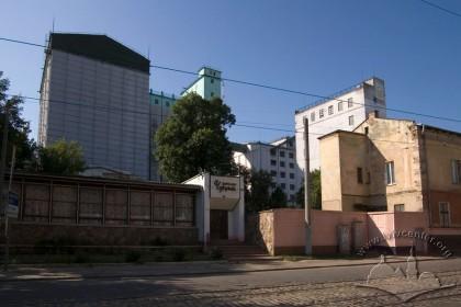 """Вул. Хмельницького, 88. У минулому – млин """"Давид Аксельбрад і син"""" пізніше розбудований на хлібокомбінат. Вигляд комплексу з вул. Хмельницького."""
