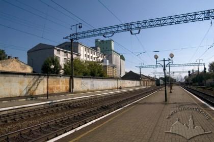 """Вул. Хмельницького, 88. Вид на будівлі підприємства із залізничної колії поряд зі станцією """"Підзамче"""""""