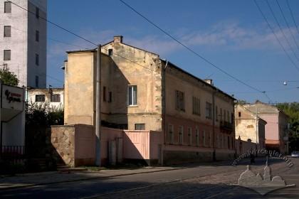 Вул. Хмельницького, 88. У центрі фото – колишній житловий будинок Аксельбрадів, власників колишнього млина