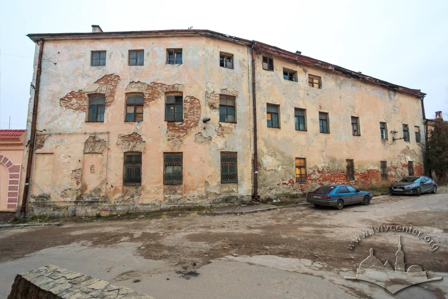 Vul. Khmelnytskoho, 114. One of the old plan't buildings on the right of the main gate/Photo courtesy of Nazarii Parkhomyk, 2015