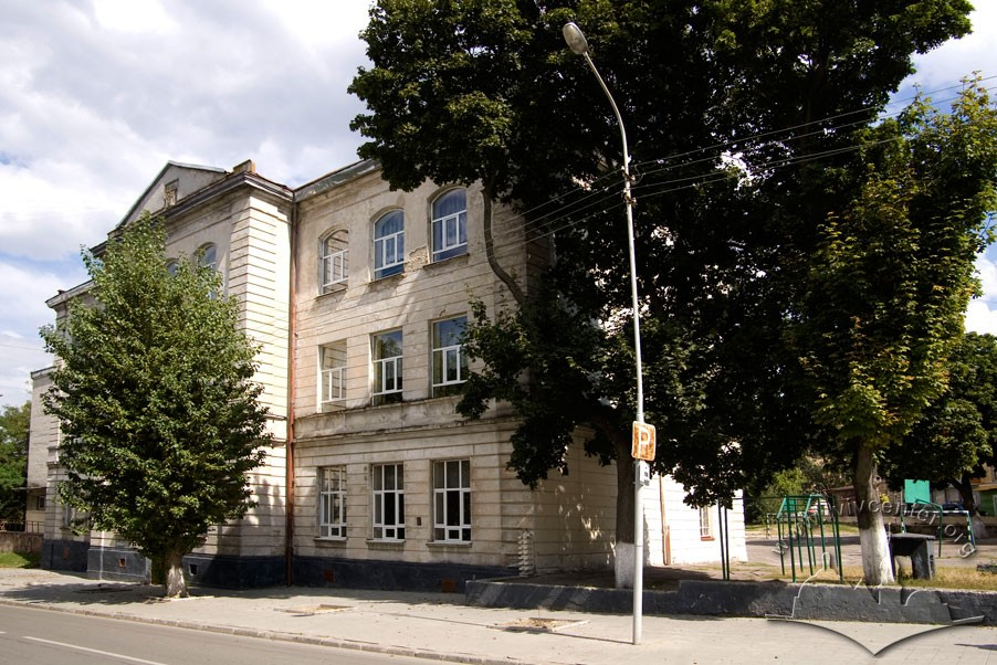 Vul. Zhovkivska, 6. Former St. Martin school, now King Danylo Halytskyi Specialized Middle School no. 57. The older part of the school building contructed in 19th c./Photo courtesy of Ihor Zhuk, 2013