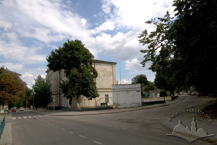 Vul. Zhovkivska, 6. Former St. Martin school, now King Danylo Halytskyi Specialized Middle School no. 57. View of the school from the intersection of vul. Zhovkivska and vul. Shkilna/Photo courtesy of Ihor Zhuk, 2013