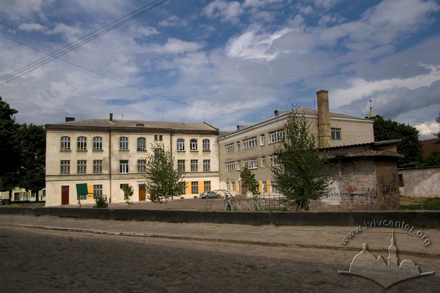 Vul. Zhovkivska, 6. View from vul. Shkilna. On the left, the older, 19th c. part, on the right – the part constructed during Soviet period. In the middle, the school courtyard/Photo courtesy of Ihor Zhuk, 2013