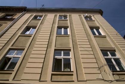 Вул. Галицька, 8. Фрагмент головного фасаду з рустованими лізенами