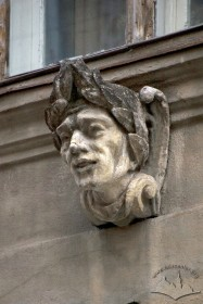 Вул. Галицька, 15. Кам'яна чоловіча голова під вікном 2-го поверху