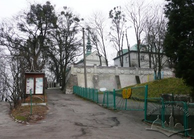 Vul. Dovbusha, 24. Entrance to the church's territory