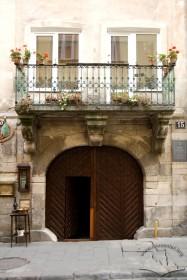 Вул. Вірменська, 15. Фрагмент головного фасаду з брамою