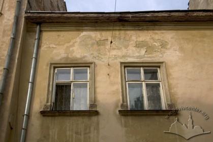 Вул. Вірменська, 17. Вікна 2-го поверху
