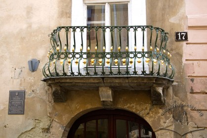 Вул. Вірменська, 17. Балкон над брамою будинку