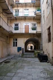 Вул. Вірменська, 25. Вигляд будинку з внутрішнього подвір'я.