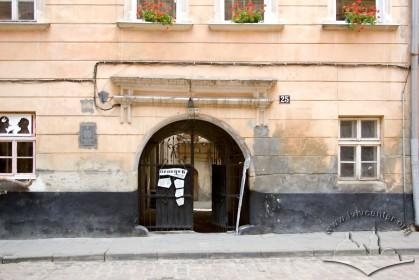 Вул. Вірменська, 25. Фрагмент головного фасаду з брамою