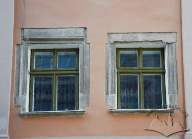 Вул. Краківська, 1. Розкриті ренесансні обрамлення вікон (фасад з боку вул. Шевської, 2-ий поверх)