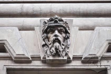 Вул. Січових стрільців, 16. Маскарон на замковому камені над вікном 1-го поверху