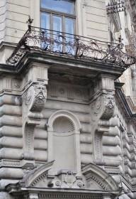 Вул. Січових стрільців, 16. Балкон на 2-му поверсі над головним входом