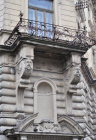 Vul. Sichovykh Striltsiv, 16. A 2nd floor balcony above the main entrance