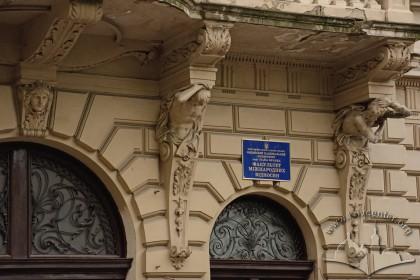 Вул. Січових стрільців, 19. Кронштейни балкону з атлантами
