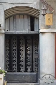 Вул. Костюшка, 6. Двері головного входу