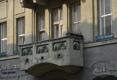 Вул. Костюшка, 6. Балкон 2-го поверху в центрі фасаду