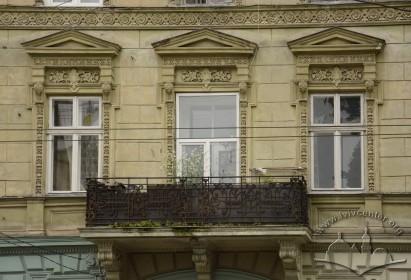 Вул. Січових стрільців, 21. Вікна 2-го поверху і балкон