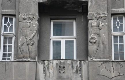 Вул. Словацького, 4. Фрагмент фасаду на 2-му поверсі.