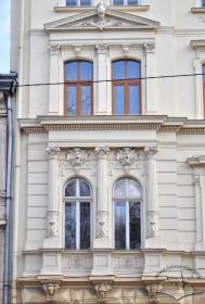 Вул. Крушельницької, 17. Спаровані вікна скраю фасаду