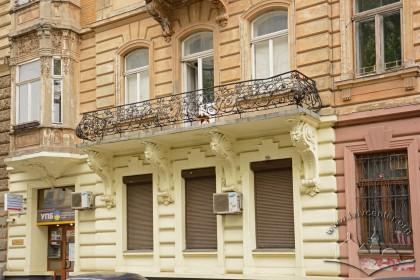 Вул. Листопадового чину, 3. Фрагмент фасаду в рівні 1-2-го поверхів