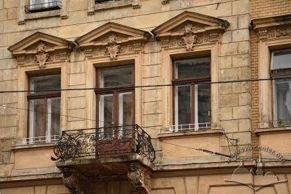 Вул. Листопадового чину, 3. Вікна і балкон на 2-му поверсі