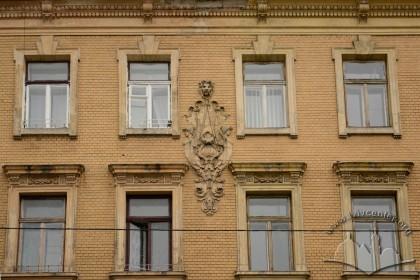 Вул. Листопадового чину, 3 і 5. Крайні вікна обох будинків на 3-му і 4-му поверхах. Посередині - картуш з датою завершення будівництва об'єктів