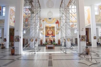 Prosp. Chervonoyi Kalyny, 70. Interior of the church. A view towards the altar