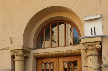 Вул. Каліча гора, 11. Фрагмент порталу з півциркульним світликом