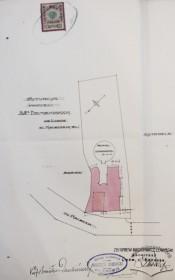 Ситуаційна схема нового будинку, що існує досі. Позначено також попередню кам'яницю, яку перед будівництвом знесли (проект 1909 р.)