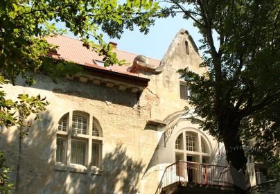 Вул. Каліча гора, 11. Фрагмент бічного фасаду, орієнтованого у бік Цитаделі. Вікно 3-го поверху і причілок