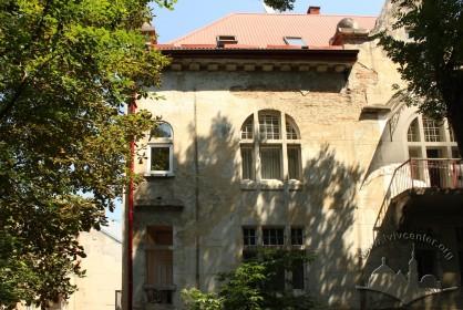 Вул. Каліча гора, 11. Фрагмент бічного фасаду, орієнтованого у бік Цитаделі. Вікна 2-го і 3-го поверхів
