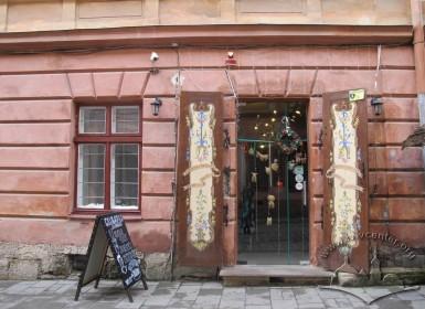 Vul. Virmenska, 27. The entrance to a cafe