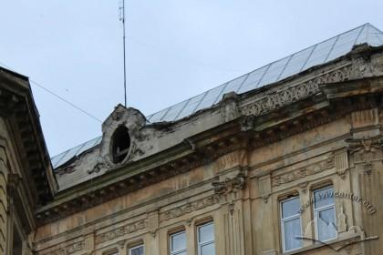 Vul. Hnatiuka, 8. Cornice and attic of the lateral facade