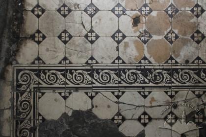 Vul. Hnatiuka, 8. Floor tiles by the entrance