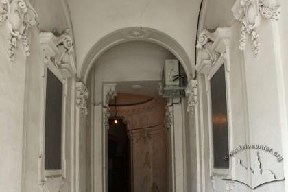 Vul. Hnatiuka, 8. Neo-Baroque interior by the entrance